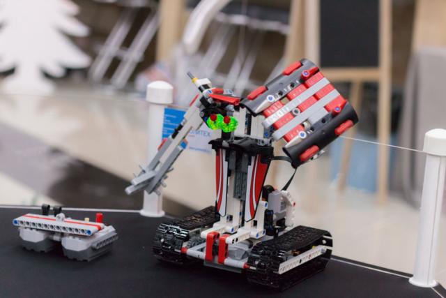 Красный робот