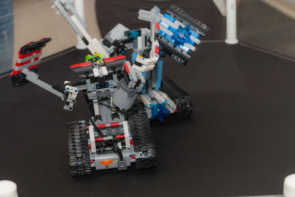 Бой роботов в ТРЦ Острова