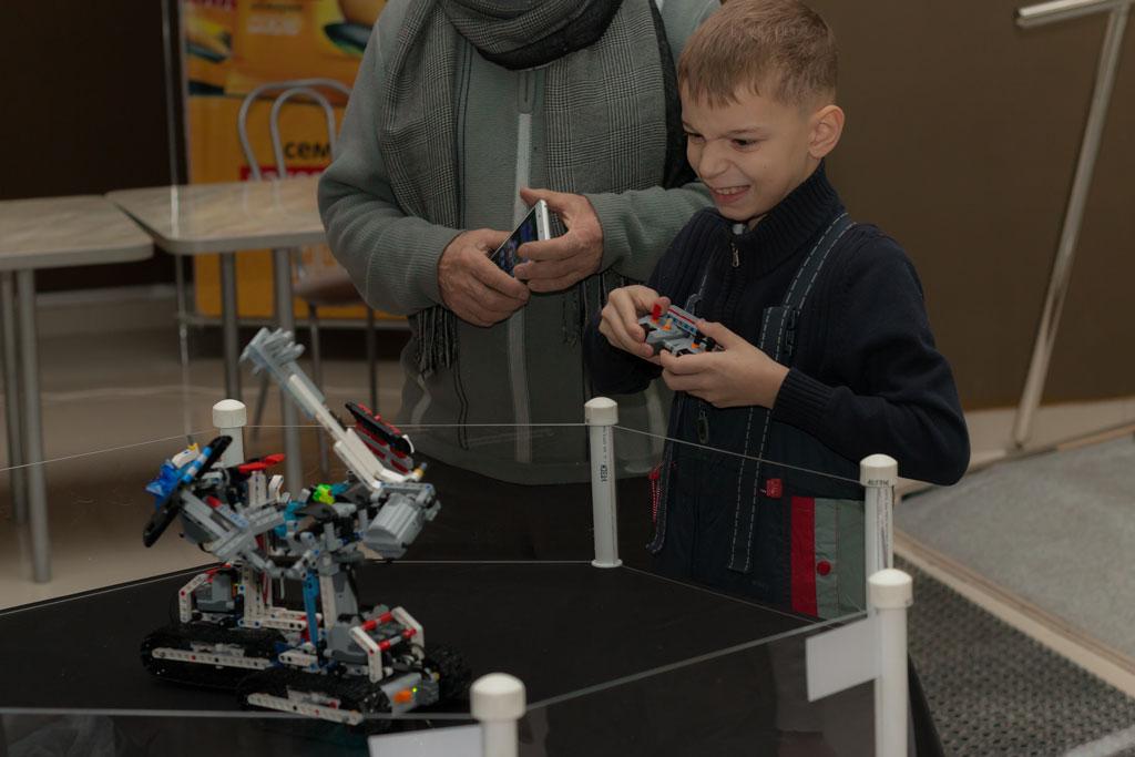 Тимофей управляет боевым роботом