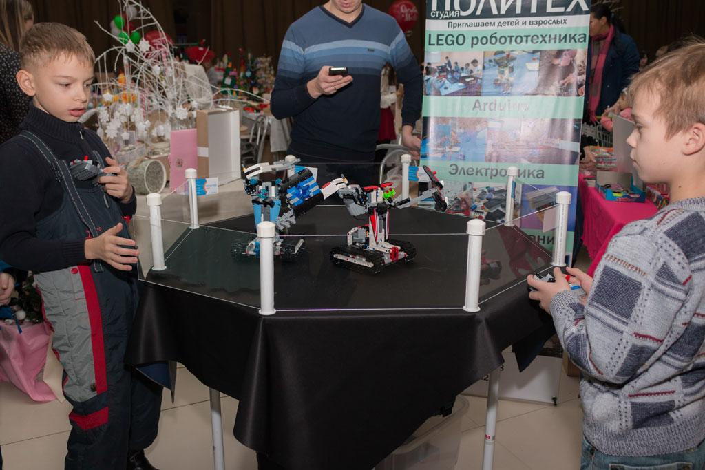 Битва роботов между участниками студии Политех