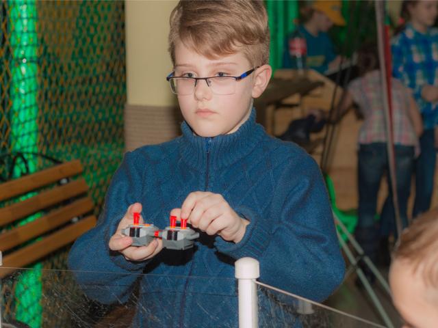 Тимур управляет роботом